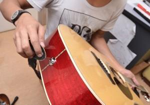 как закрепить гитарный ремень